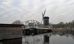 zicht op de Rembrandtbrug en molen De Put, Leiden (bcbvisser13) Tags: molen windmill brug bridge rembrandtbrug deput woonboot reflection galgenwater leiden zuidholland nederland eu