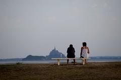 Apro dans la baie du Mont-Saint-Michel (Bluefab) Tags: ros couple repos rendezvous romantisme frenchwayoflife apro mer vacances dcompression weekend amoureux amiti banc montsaintmichel merveille rocher baie tunique