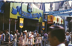 Peter Pan queue, November 1964 (Tom Simpson) Tags: peterpan peterpansflight disney disneyland vintage vintagedisney vintagedisneyland fantasyland 1960s queue sign 1964