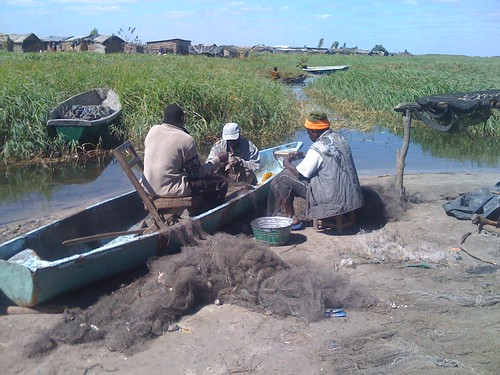 Mending fishing nets, June 2010, Kafue Flats, Zambia. Photo by Saskia Husken, 2010.