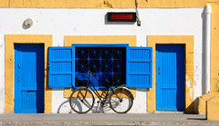 (atomareaufruestung) Tags: africa door window colors bike bicycle port sunrise ventana surf harbour january surfing atlantic enero morocco afrika atlanticocean essaouira marokko fahrad 2013 imsouane assawirah