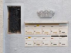 Bekrnt (alte_eule) Tags: briefksten frankfurtammain krone detail wand