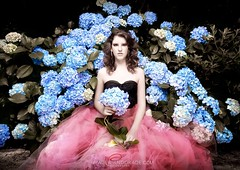 la jeune fille qui rve (_Paula AnDDrade) Tags: pink flowers blue flores flower girl azul canon ensaio olhar dress flor dream rosa gaze sonho 15anos vestido hortencia fifthteen quinzeanos canon5markd2
