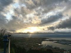 Desde El Castro (Alfredo Barros G ♥ ) Tags: red sun seascape sol clouds landscape paisaje nubes vigo ríadevigo islascíes bouzas vicusspacorum flickrestrellas vexo chariotsofartistslevel1 vigophotum chariotsofnaturelevel1 thelooklevel2yellow yellowlevelno2