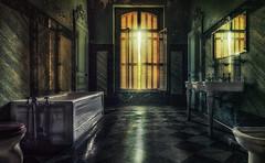 Badetag (ellen-ow) Tags: badezimmer chateaulumiere chateaus fenster locations urban urbex marode verlassen leer alt abandoned urbanexploration nikond4 ellenow bathroom spiegel licht light