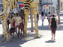 ... girafe (Aot 2016) (Ostrevents) Tags: marseille bouchesdurhne france europe europa 13 rue street mobilierurbain mobilier girafe art bibliothque library change don give livre book culture lecture read femme woman homme man chn ostrevents