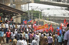 Grevistas bloqueiam estao ferroviria em Chennai (diarioliberdadebrasil) Tags: ndia greve