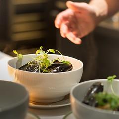 Hotel Guldsmeden54 (DebioNorge) Tags: blåskjell foredling foredlingsindustri industri kjøkken mat matlaging matvarer produkter servering sjøprodukter skjell svart varer videreforedling