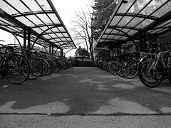 Bicycle parking (Lukinator) Tags: park roof white black bike arch place many small rad right just hood even straight canopy weiss viele schwarz fahrrad dunkel direkt directly ort maschine kreis gerade uncolored genau uncoloured farblos geradeaus kreislauf verdeck überdachung