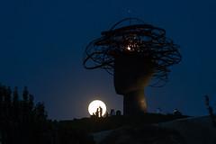 Ohhh!!, lamour (chuscordeiro) Tags: amor amour luna contraluz cabeza escultura nocturna noche canon 1dxmarkii espaa madrid cielo siluetas moonrise fullmoon lunallena