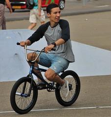 BMX-er (josbert.lonnee) Tags: outdoor mensen people fiets bmx bmxer bmxing sports stunts stunten guy jongen vent ventje korteblauwespijkerbroek spijkerbroek jeans denim shortbluejeans bluejeansshorts youngguy