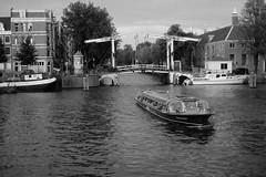 Walter Suskind brug , Amsterdam (Amselchen) Tags: amsterdam amstel water canal city boat travel monochrome mono blackandwhite bw fujifilm fujinon fuji xt10 fujifilmxseries xf35mmf14r