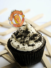 Manchester united cupcake (Bushra Alkhamees) Tags: red sunlight yellow cupcake manchesterunited