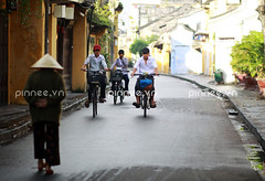 Sm Hi An [Hoi An in the early morning] (pinnee.) Tags: travel unesco hoian unescoworldheritage vietnameseculture centralvietnam quangnam mintrung hoianancienttown southcentralcoast asianstyleconicalhat nonlavietnam traditionalleafhatunderlights traditionalleafhat