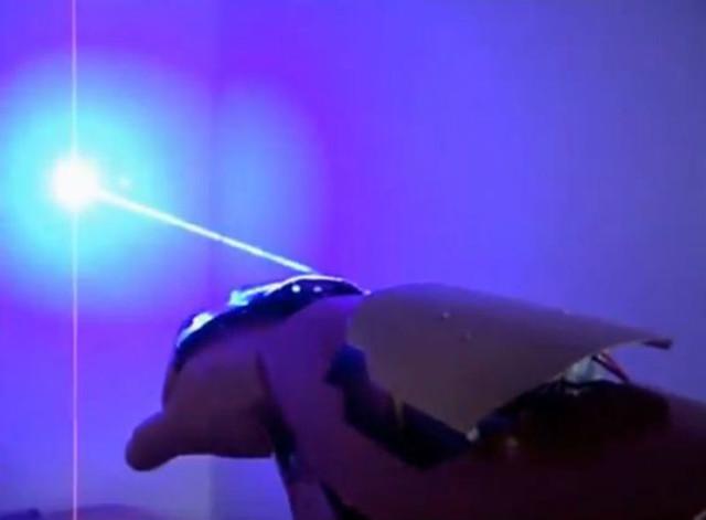 玩家自製的「鋼鐵人」雷射發射器手套
