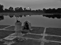 INDIEN, india Khajuraho-See, Abendstimmung, 14249/7117 (roba66) Tags: indien indiennord asien asia india inde northernindia urlaub reisen travel explore voyages visit tourism roba66 spiegelung mirror reflejos reflection reflektion riflesso riflessioni reflect reflections glass reflexo wasser water see lake teich sonnenuntergang sunset sundown atardecer amanecer sonne sun coucher de soleil madhya pradesh khajuraho blackwhite bw sw branco negro blackandwhite blancoenero blancoynegro monochrome byn bretoebranco einfarbig schwarzweis
