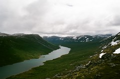 Ulvadalsvatnet (IggyRox) Tags: norway norge rondane scandinavia north europe moreogromsdal nature mountains sky clouds beauty hike film 35mm ulvadalsvatnet view reinheim tafjordfjella lake high up water climb green tungaseter vakkerstoylen baktunga