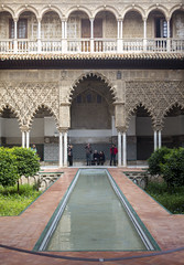Alcazar Courtyard (Hans van der Boom) Tags: europe spain vacation holiday seville sevilla alcazar palace gardens courtyard patio gothicpalace shrubbery columns arches water colonnade sp