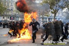 Manifestation pour l'abrogation de la loi Travail - 15.09.2016 - Paris - IMG_8270 (PM Cheung) Tags: loitravail paris frankreich proteste mobilisationénorme cgt sncf euro2016 demonstration manifestationpourlabrogationdelaloitravail blockaden 2016 demo mengcheungpo gewerkschaftsprotest tränengas confédérationgénéraledutravail arbeitsmarktreform lesboches nuitdebout antagonistischenblock pmcheung blockupy polizei crs facebookcompmcheungphotography polizeipräfektur krawalle ausschreitungen auseinandersetzungen compagniesrépublicainesdesécurité police landesweitegrosdemonstrationgegendiearbeitsmarktreform loitravail15092016 manif manifestation démosphère parisdebout soulevetoi labac bac françoishollande myriamelkhomri esplanadeinvalides manifestationnationaleàparis csgas manif15sept manif15 manif15septembre manifestationunitairecgt fo fsu solidaires unef unl fidl république abrogationdelaloitravail pertubetavillepourabrogerlaloitravaille