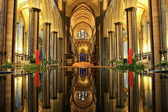 De vuelta... (Ferny Carreras) Tags: uk inglaterra england reflection church cathedral unitedkingdom interior catedral iglesia salisbury inside reflejos reinounido columnas platinumheartaward oltusfotos