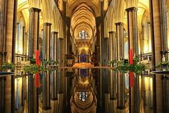 De vuelta... (Ferny Carreras) Tags: uk inglaterra england reflection church cathedral unitedkingdom interior catedral iglesia salisbury inside reflejos reinounido columnas platinumheartaward olétusfotos
