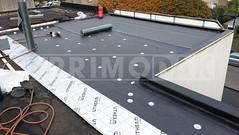 Dakdekker: Montage van waterdichte bitumen laag dakbedekking, type 470 K24, vol gebrand op de geschroefde onderlaag 460 P60. Onder de dakbedekking is het dak geheel geïsoleerd met PIR isolatie van Utherm