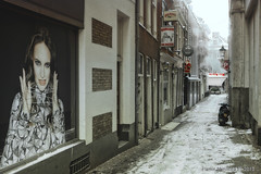 Achterom (Pieter Musterd) Tags: schnee winter snow holland canon sneeuw nederland thenetherlands scooter denhaag 5d neige paysbas thehague steegje niederlande zuidholland achterom straatje gulpener kerstman musterd depater pietermusterd sgravenhage canon5dmarkii haagspraak biercafedepater