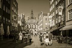 Danzica - Via Dluga (ugo.ciliberto) Tags: danzica viadluga cittvecchia oldtown seppia sepia polonia strada street architettura architecture