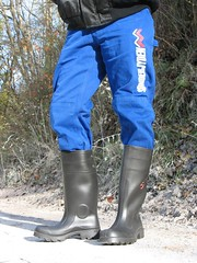Black Dunlop Purofort and blue Kansas pants (Noraboots1) Tags: boots rubber wellies gummistiefel dunlop gummistvler laarzen purofort