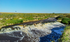 Bajo la corriente (Julio Pinelli) Tags: arroyo cascada claromeco