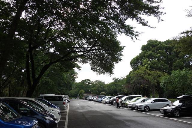 江戸東京たてもの園に到着し、駐車場に入ります。|たてもの園 下町夕涼み