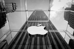 Apple Fifth Avenue (Martn Marilungo) Tags: glass usa arquitectura blancoynegro manhattan us negocio rascacielos apple ny manzana skyscraper 5taavenida fifthavenue nyc vidrio estadosunidos architecture shop unitedstates blackandwhite building applestore newyork
