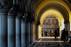 (Rov79) Tags: venezia venice colonnato contrasto column art palace duke palazzo ducale contrast colorfull arte dark monumnet