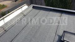 Dakdekker: Na het branden van de dakbedekking op het vlakke dak is het tijd voor de detailleringen. De opstand is voorzien van een zelfklevende strook dakbedekking met daarop gebrand een tweede strook dakbedekking 470 K24