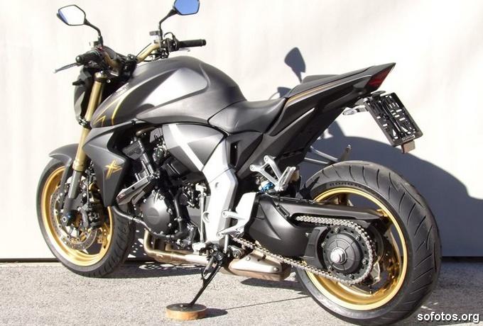 Honda CB 1000R Cinza com as rodas douradas