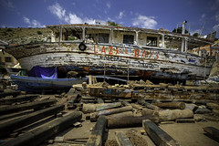 LAZY DAYS (Blende1.8) Tags: boat ship strand land wrack schiffswrack greece griechenland symi insel simi sand shipwreck wreck fuji fujifilm fujinon xt1 1024mm xf1024mm travel reisefotografie
