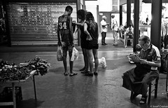 schuhmacher ventemiglia (josefcramer.com) Tags: europe summer italy italia italien ventimiglia lucca pesaro gallipoli salerno murlo siena urban people street strase menschen leica m9 m 35mm summicron asph sommerurlaub josef cramer alassio menton strasenfotografie streetphotography