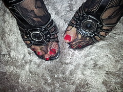 2013-01-01 12.37.20 (sandalettes) Tags: exhibition chienne pied bas chaussures humiliation vernis sandales ftichisme sandalettes