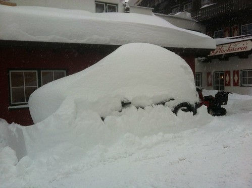 Auto im Schnee verschwunden