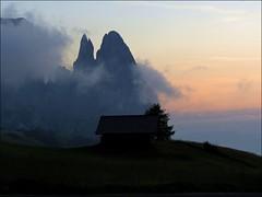Mountain sunset... (mau_tweety) Tags: montagna dolomiti sciliar capanna cielo nuvole tramonto clouds sunset mountains cabin