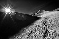 Atmosfere marziane (EmozionInUnClick - l'Avventuriero's photos) Tags: bn neve montagna orme motette