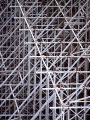 Antennagating (Andre Carregal) Tags: lines metal linhas site construction bars patterns fake diagonal barras obra antennas falsas antenas padres construo diagonais metlicas