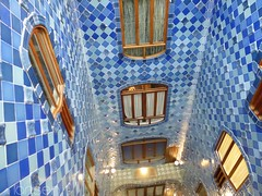 Barcelone - Casa Batlló (larsen & co) Tags: barcelona architecture spain patio artnouveau gaudi balconies espagne façade barcelone modernisme ébénisterie antonigaudi balcons trencadis gardecorps casabatló maincourante puitsdelumière casbatlo