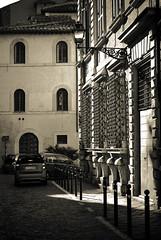 Callejeando por Roma II (Leandro Fridman) Tags: street city urban bw roma byn blancoynegro monochrome monocromo edificios nikon italia noir ciudad urbano calles d60