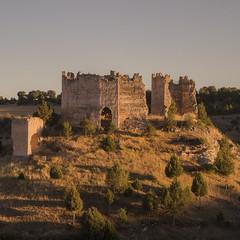 Lost watchmen (ponzoosa) Tags: soria burgos castillejo robledo atardecer castillo torre viga watchmen rbol pueblo rural