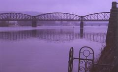 Morgenspaziergang an der Moldau (H.-P.Klehe) Tags: analog prag 90mm brcke morgens moldau rokkor voigtlnderbessa fujichrome400