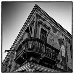Corner - Venise (Herv KERNEIS) Tags: voyage blackandwhite bw building corner square coin angle noiretblanc balcony flags nb ciel venise balcon italie ville immeuble drapeau carr trix400 vntie silverefexpro2 sonyrx100 voyagesaintlaurent