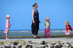Waiting for the ferry ... (Antropoturista) Tags: pink blue sky woman germany children ostfriesland baltrum
