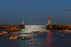 Quand la lune s'en mêle (Damien [Phototrend.fr]) Tags: france port lune bretagne reflet phare entrée belleileenmer lepalais poselongue