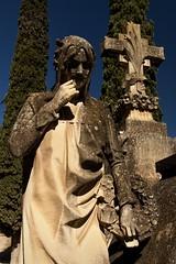 La muerte no es de aquí. Por eso no se entiende. (Egg2704) Tags: escultura estatua estatuas cementerio cementeriodezaragoza panteón panteones arte artefunerario egg2704 wewanttobefree